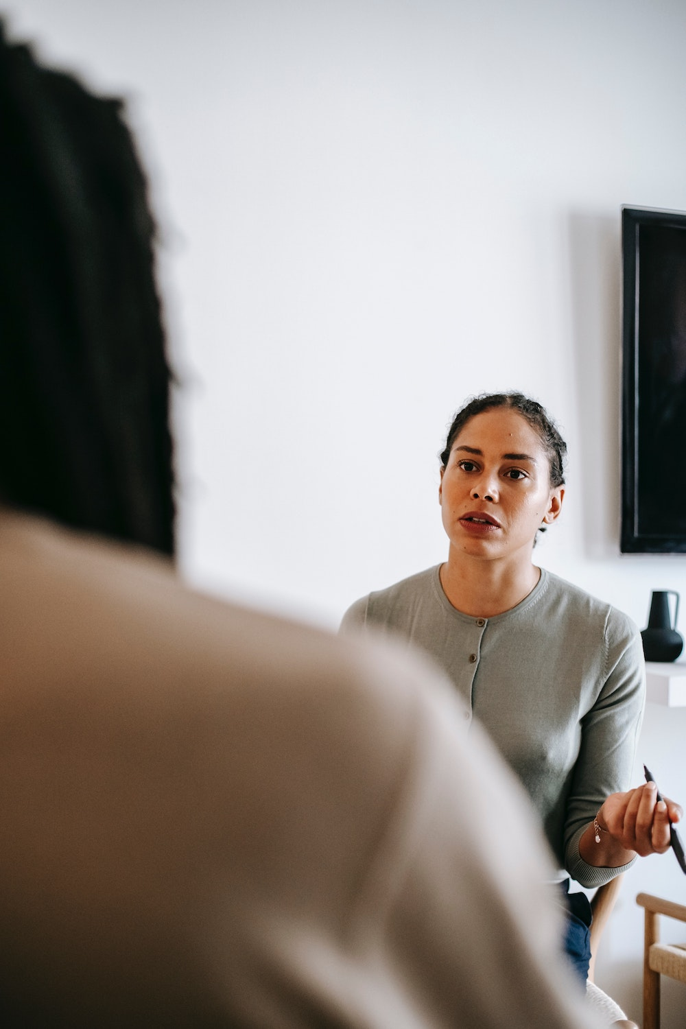 Women looking to a colleague, looking distressed, which often prompts people to overuse vocal fillers.